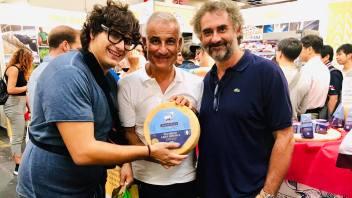 Da sinistra il vincitore di Masterchef 2017 Valerio Braschi, il presidente di Fattoria della Piana Carmelo Basile e il finalista di Masterchef Gabriele Gatti nello stand al Salone del Gusto