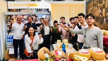 La delegazione giapponese di Kobe nello stand di Fattoria della Piana